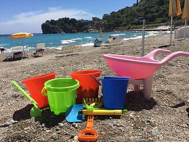 Molti giochi per bambini in spiaggia