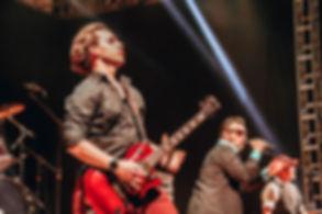 Guitarrista do Camisa de Vênus ao vivo