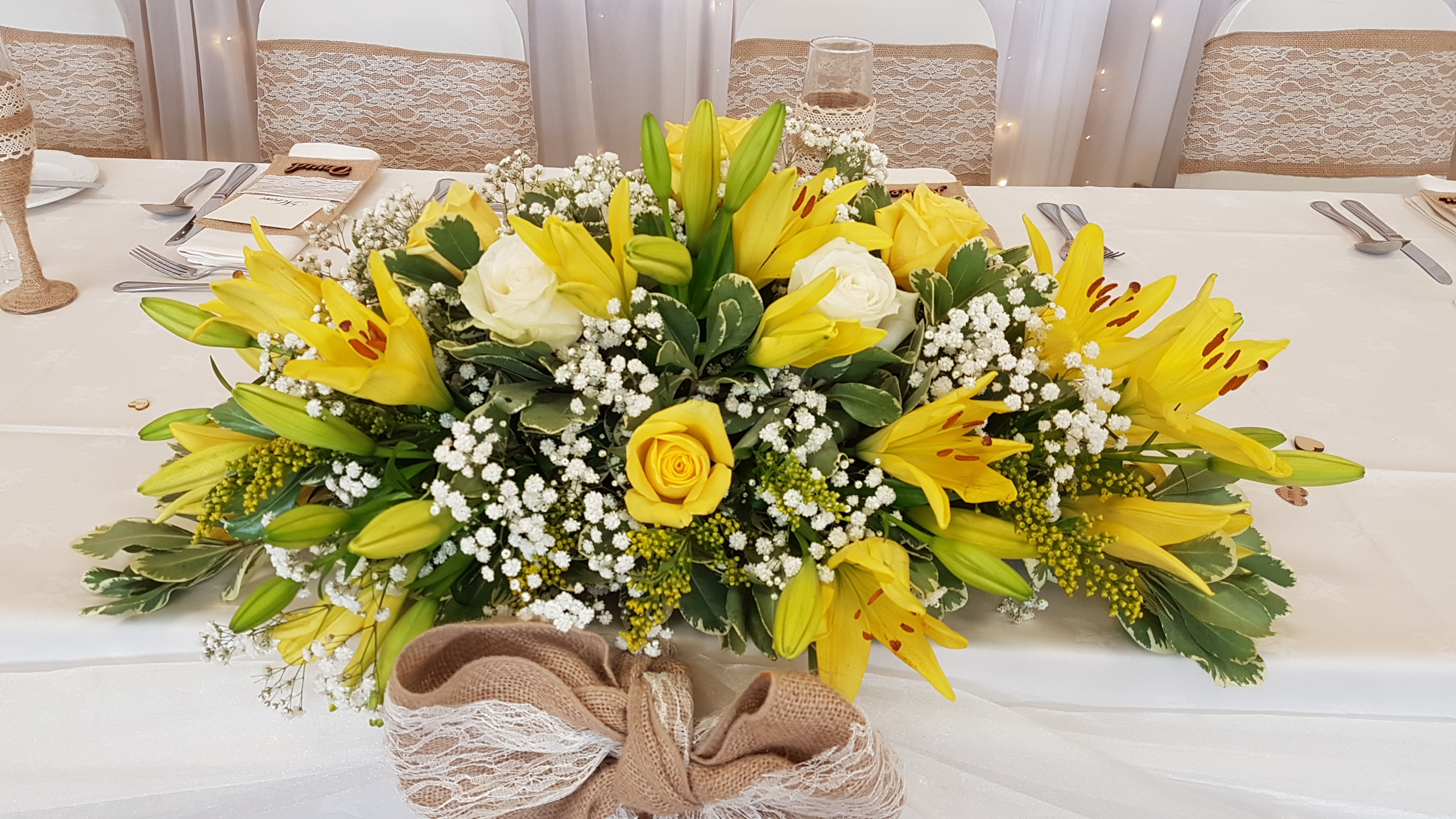 Fresh yellow & ivory top table decoration