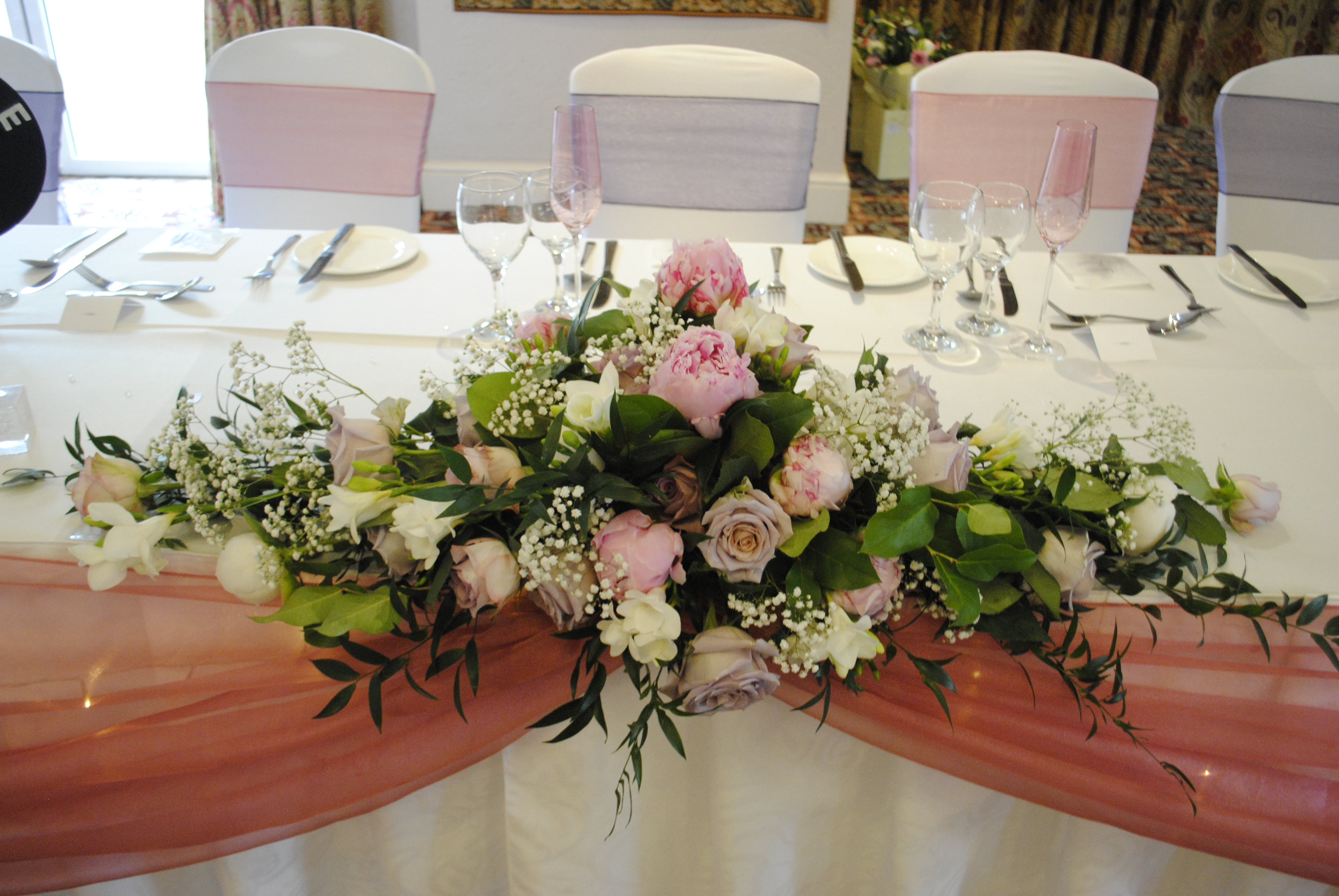 Fresh pale pink & ivory top table decoration