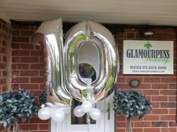 Silver 10 with White Happy Anniversary Vinyl & Mini Balloons