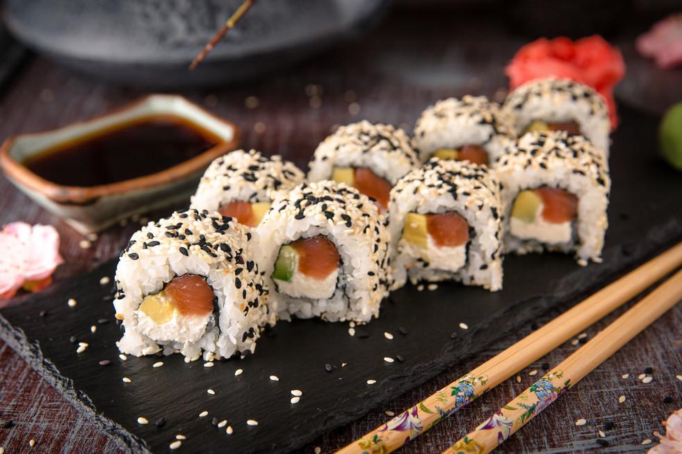 salmon uramaki.jpg