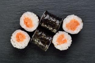 salmon hoso maki.jpg