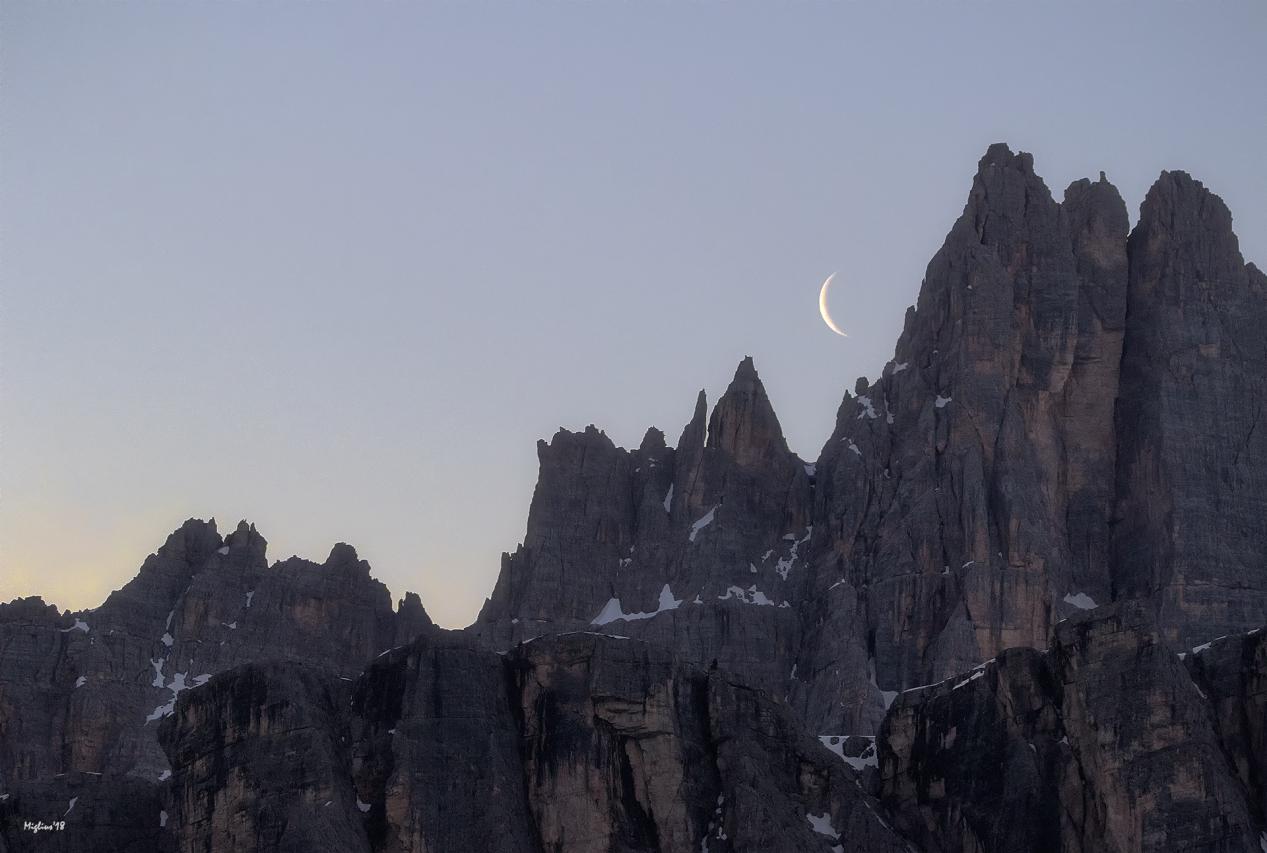 Luna di 3 giorni all'alba