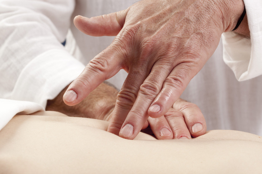 Palpation abdominale et libération de tension des fascias des organes de la formation Techniques Manuelles et Ostéoarticulaires du Pôle de Thérapeutes.