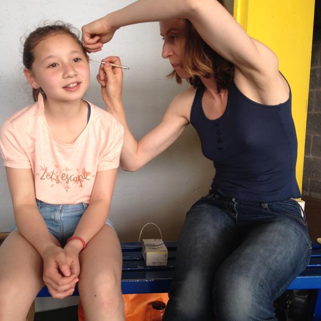 L'auriculothérapie est une technique fabuleuse pour calmer la douleur et pour traiter certaines pathologies. Dans le cas des enfants nous utilisons des billes collées avec des sparadraps : pas d'aiguilles avec les enfants !  Dans ce cas la blessure à la cheville était couverte avec une atèle, mais l'oreille, bien acéssible