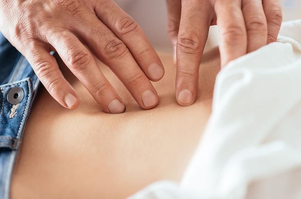 La palpation abdominale et des fascias des organes dans la formation Techniques Manuelles et Ostéoarticulaires (TMOA) du Pôle de Thérapeutes.