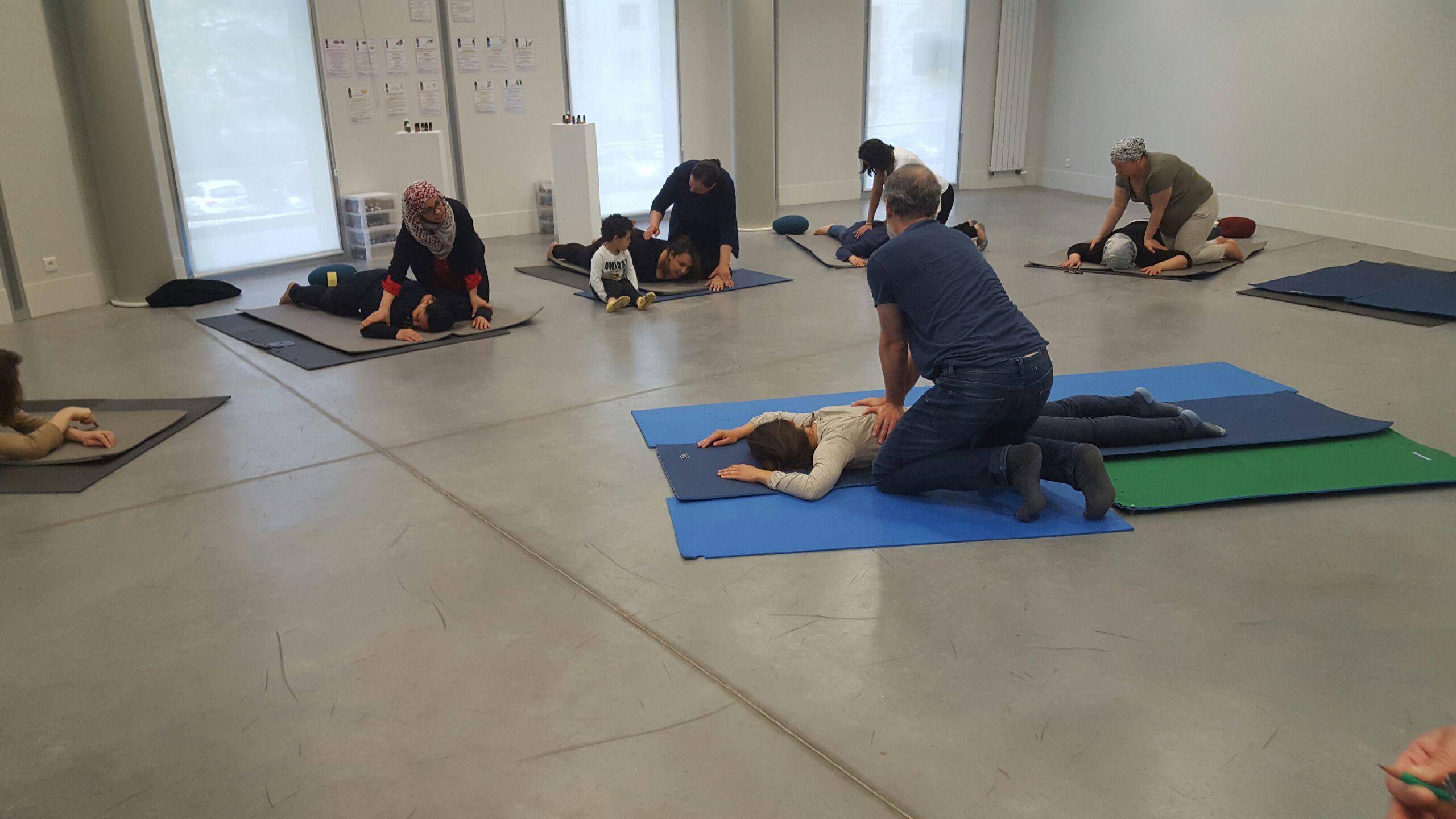 Atelier shiatsu du Pôle de Thérapeutes avec les voisins du quartier de Bel Air de Saint Germain en Laye
