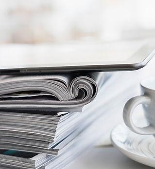 Kaffee und Zeitschriften