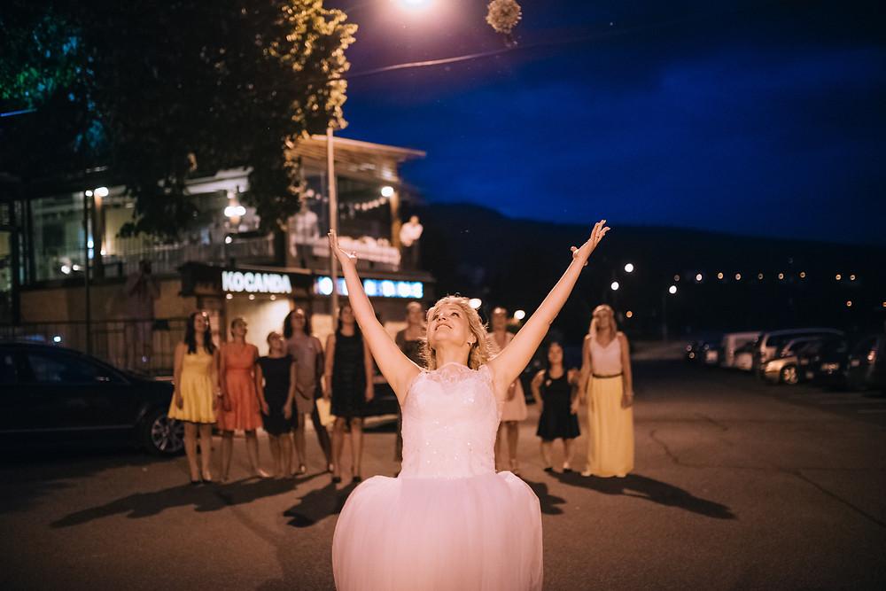 bride bouquet night svatební kytice a nevěsta