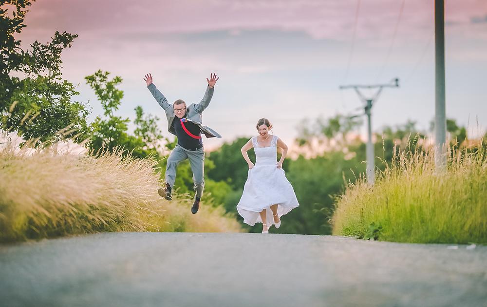 vysmátí novomanželé během zlaté hodinky