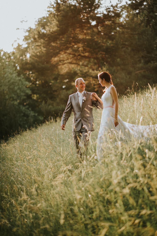 boho nevěsta a ženich na louce