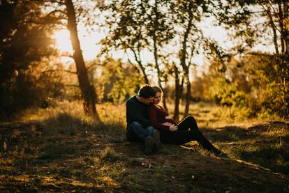 Krásný pár při světle podzimního zapadajícího slunce na těhu focení Hradec Králové