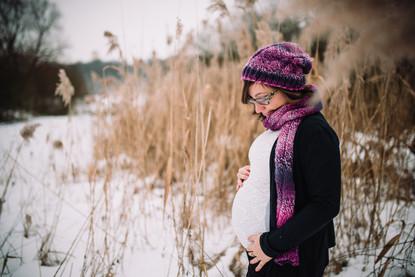 Focení těhu s bříškem můžete krásně zvládnout i na sněhu v zimě