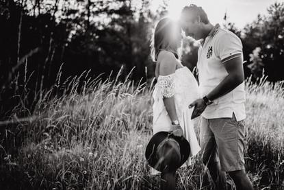 Černobílá fotka zamilovaného páru při těhotenském focení Hradec Králové