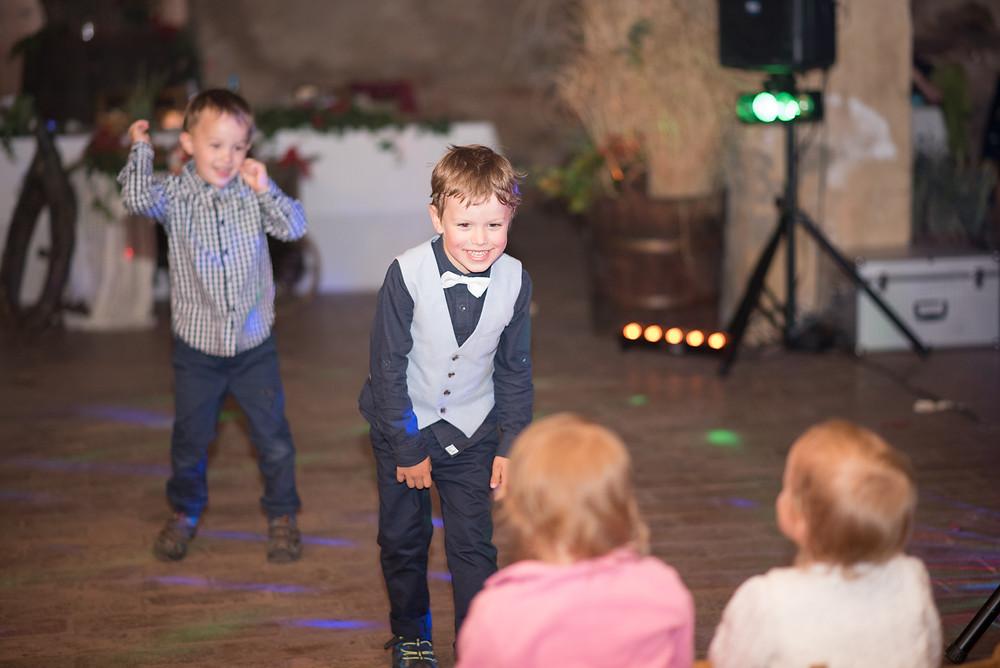 děti tančí na svatbě