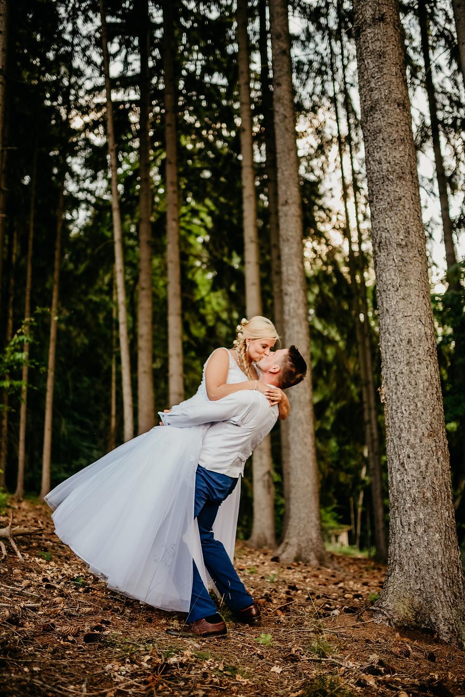 svatba focení svatební fotograf czech hradec králové prague foto v lese v přírod+