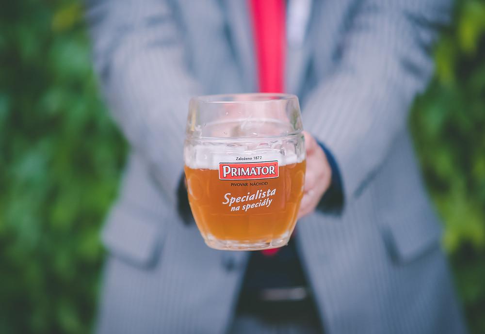 kytice pro nevěstu, pivo pro pána ženicha :)