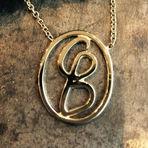 kæde med initialer logo i guld alguld