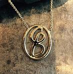 unikt guldvedhæng, logo i guld, initialer i guld, guldsmed aarhus, guldsmedeværksted aarhus, personligt vedhæng, unikt håndlavet guldvedhæng, personligt smykke, børns initialer i guld