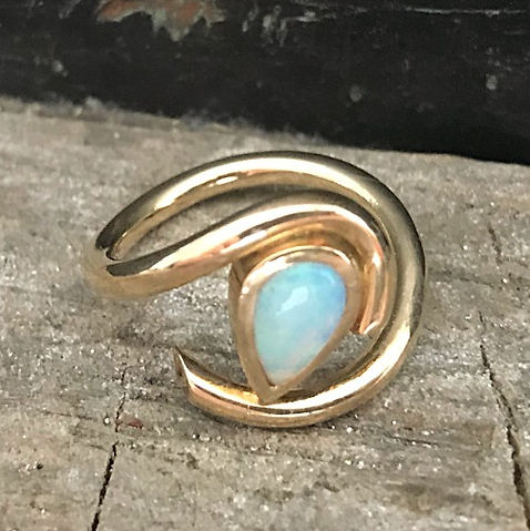 Guldring med opal alguld