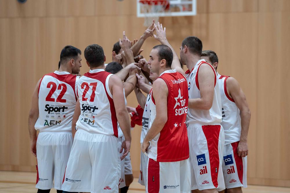 La SAM Basket Massagno riunita a centro campo dopo la vittoria in casa.