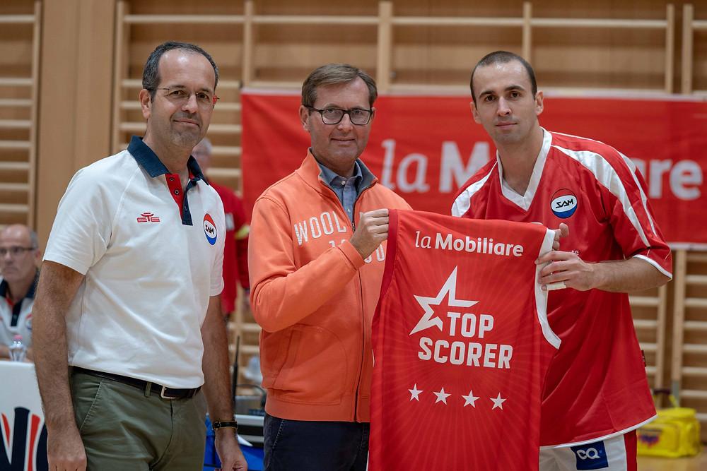 La cerimonia di consegna della maglia Topscorer La Mobiliare con il Presidente SAM Patrick Manzan (a sinistra), Oscar Batti (al centro) e Dusan Mladjan (a destra).