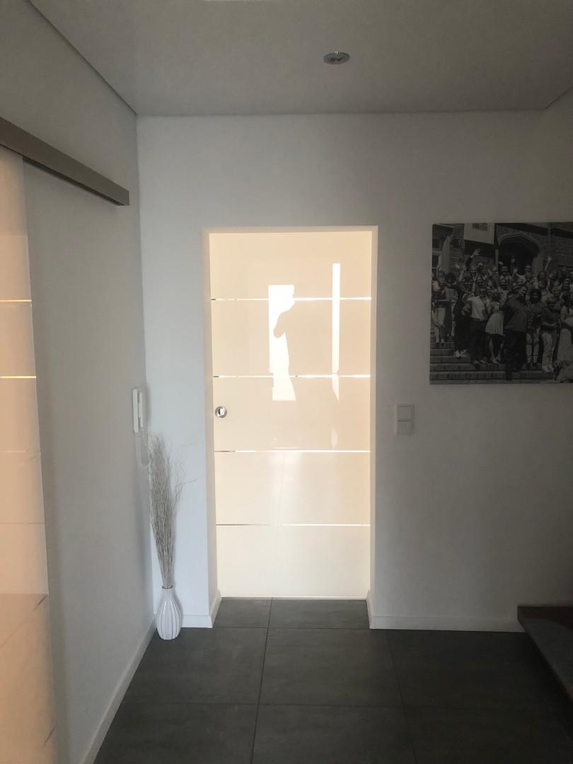 Glasschiebetür vor der Wand