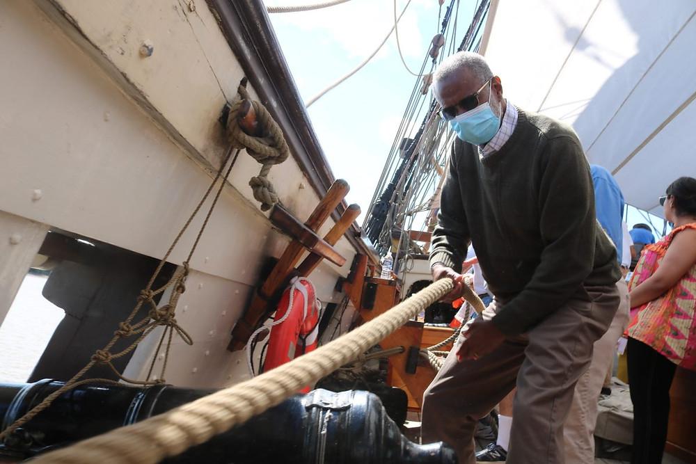 Senator Art Haywood helps rig the boat