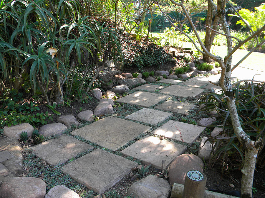 Short paths linking garden sections