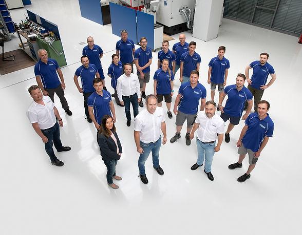 team stehend_081_Boden_retuschiert_mont.