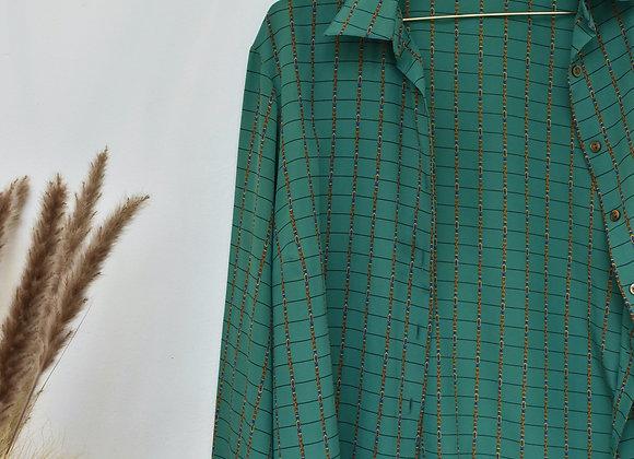 Chemise verte et chaines dorées