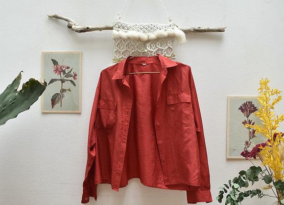 Chemise rouge à poches sur le devant