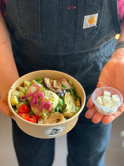 Salade hummus gegrilde groenten en feta (optioneel)