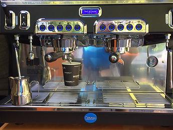 professionele barista met koffiebus foodtruck op locatie