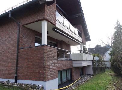 Haus seitlich mit Einliegerwohnung unten