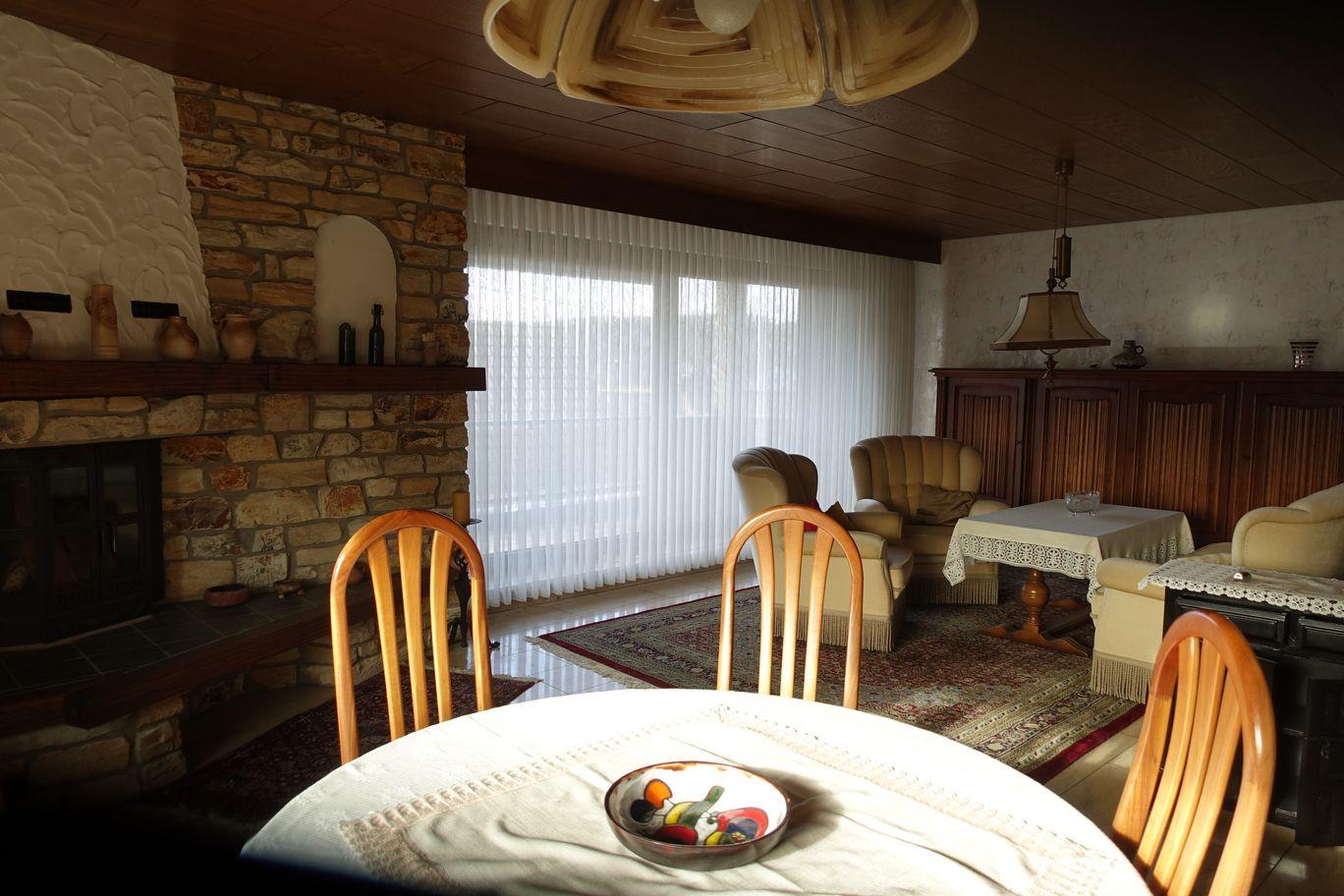 großes_Wohn-Esszimmer mit offenem Kamin