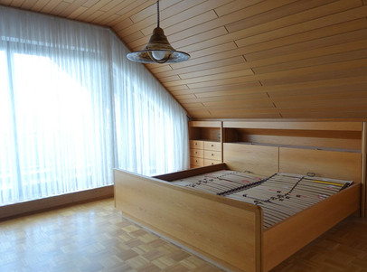 großes Schlafzimmer mit Balkon