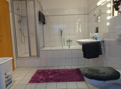 Bad_Ansicht_Sanitär_Dusche_und_Wanne