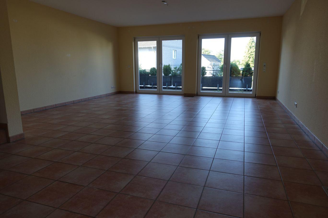 119 großes Wohnzimmer mit Balkon