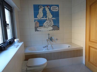 Bad unten mit Wanne und Dusche
