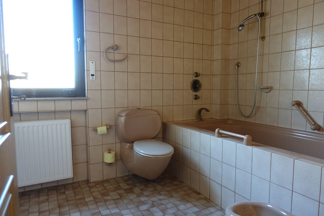 Bad oben mit Badewanne und Fenster
