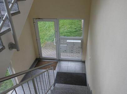 Eingang und Treppenaufgang zu den Wohnun