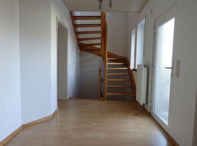 Diele mit Treppenhaus und Eingang