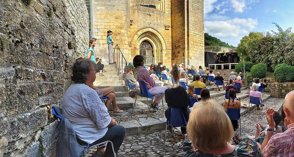 """""""Chansons à boire - Ivrogneries"""" devant l'Abbatiale de Saint-Amand-de-Coly dans le Périgord-Noir. Juillet 2020."""