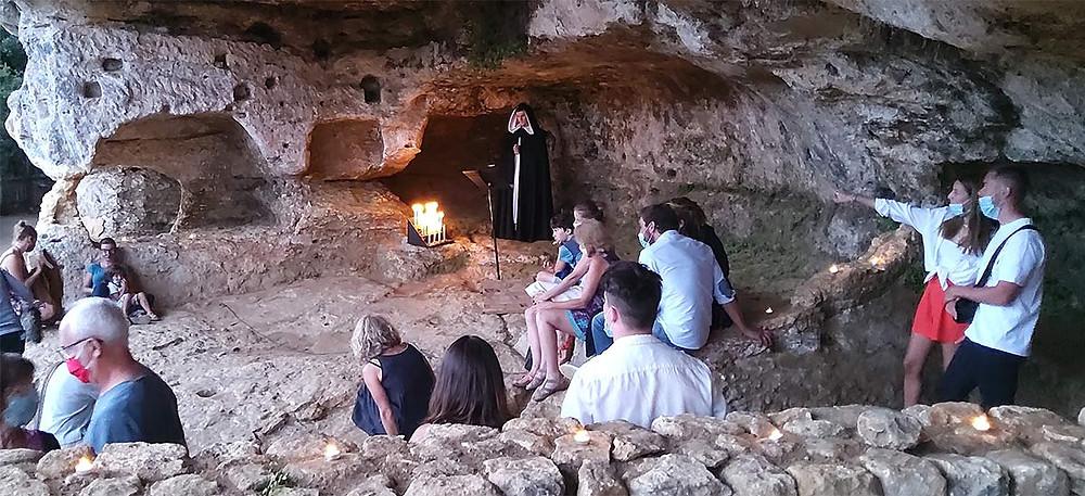 Les Sermons Joyeux par la Compagnie Oghma au Village troglodyte de la Madeleine au Périgord Noir. Juillet 2020