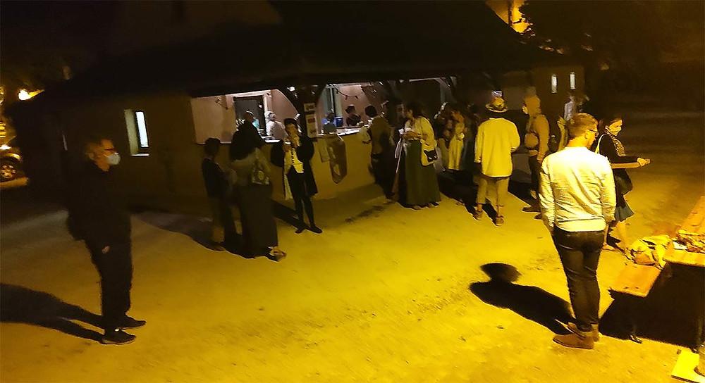 Les artistes de la Compagnie Oghma se détendent après le spectacle dans la fraîcheur du soir