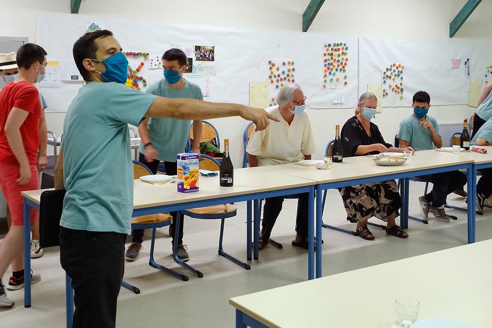Réunion de la troupe dans l'école communale d'Auriac-du-Périgord qui a servi de QG pendant le festival