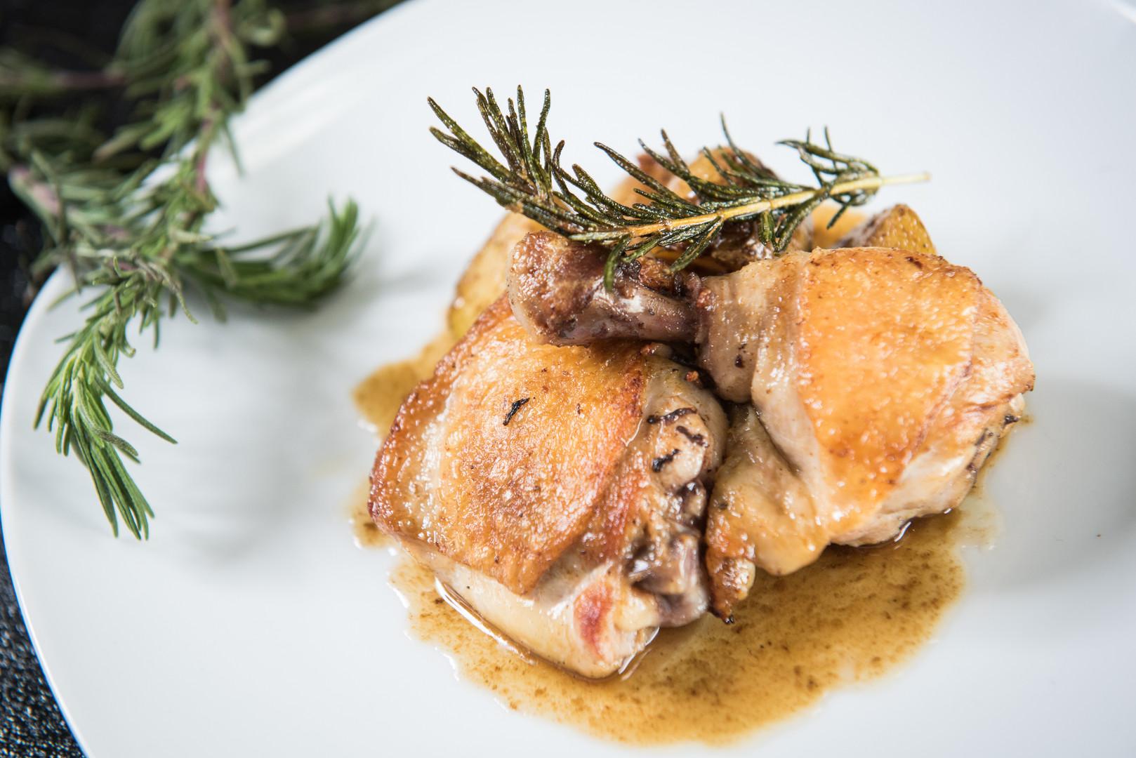 骨付き鶏モモ肉のソテー