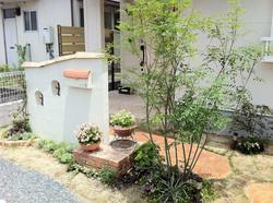 花と緑いっぱいのアプローチ プロバンススタイル 甘木
